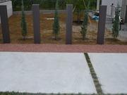 駐車場と庭の境をテコラ