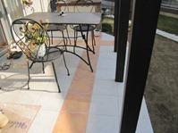 テラスの床は二色のタイルのココマテラス