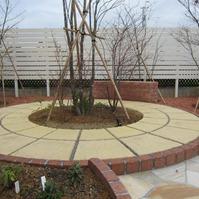 庭の背景にアルファウッド・アイボリー