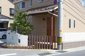 曲線の塗り壁門柱