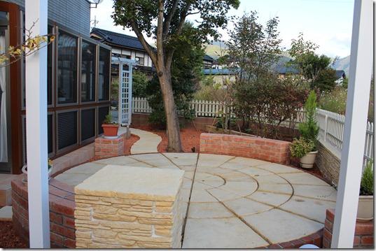 庭の中央に英国製サークル