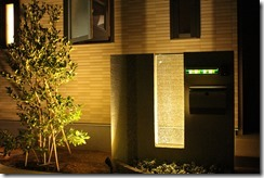 夜間ライティングされたジュエルグラスのある門柱