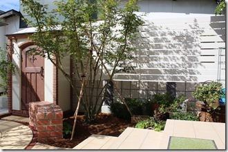 アイボリーカラーのアルファウッドで庭が明るく見えます。