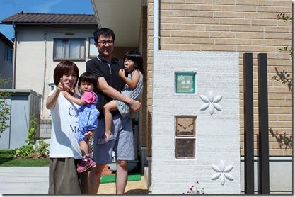 エクステリア工事完成後に家族揃って記念撮影