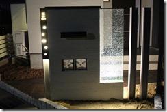 H鋼ポールサインとジュエルグラスの塗壁のライトアップ