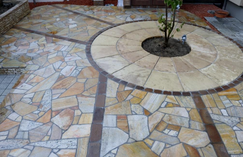 サークルと天然石貼りの床