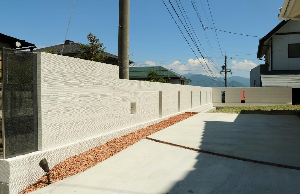長い塗り壁の塀