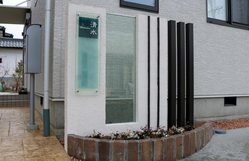 ガラスパネルが2枚ある門柱