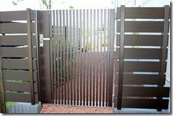 庭の囲いアルミ門扉と樹脂板フェンス