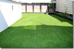 庭に手入れの楽な人工芝生敷きこみ