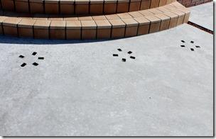 当社オリジナルニューカットダルをコンクリートの床に埋める