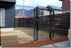 愛犬のための高さのあるハイグリットフェンスと門扉