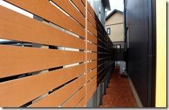 建物裏側境界に樹脂板フェンスで目隠し