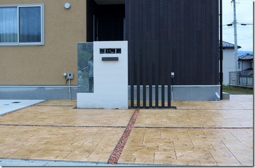 門柱の前のスタンプコンクリート
