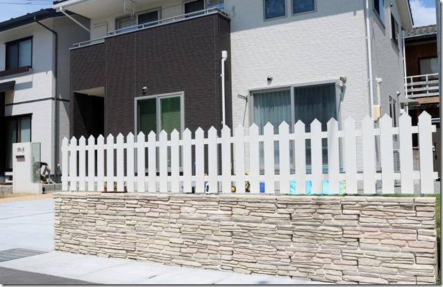 ブラッドストーンとアメリカンフェンスの塀