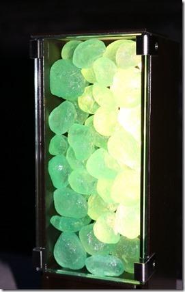 緑色のリコストーンを使ったH鋼材照明を点灯