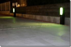 駐車場の床をH鋼照明の灯りが照らす