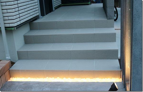 階段の下のLEDが点灯したリコストーン