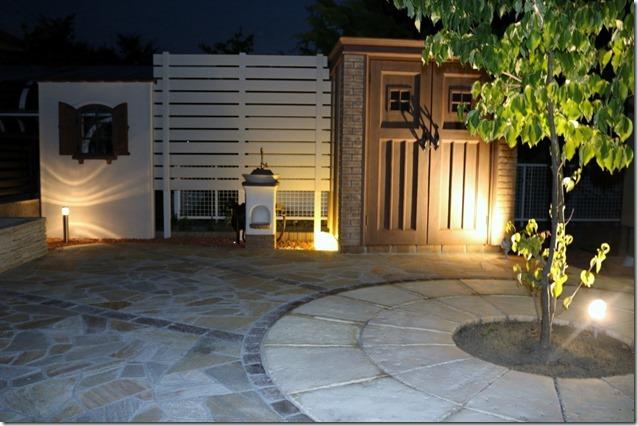 夜の庭をLED照明で照らす。