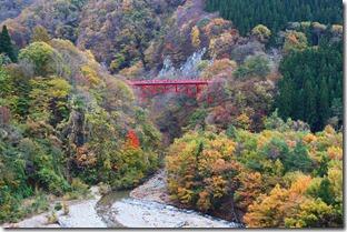松川渓谷に掛かる赤い橋