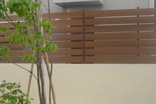 塀の上の樹脂板マイティウッド