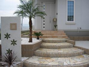扇状の階段を石貼り
