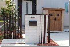 玄関正面を隠したシンプル門柱