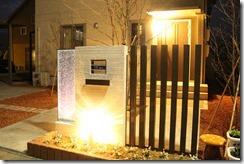 夜間ライティングされた門柱