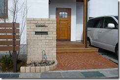 淡い色のレンガ積み門柱