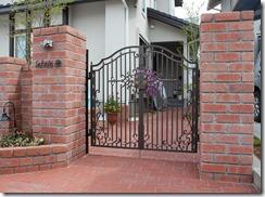 角柱門柱のレンガ積みと鋳物門扉