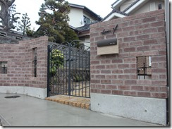 レンガ積みの門柱にアルミ鋳物門扉