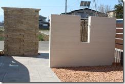 正面の壁にRフィックスフェンス3型