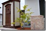 カンナキュート物置とブラッドストーン角柱