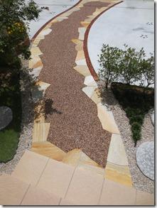 樹脂舗装と天然石張りの通路