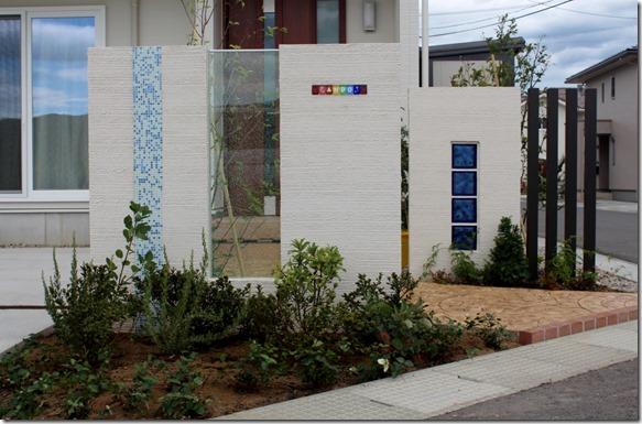 玄関前にガラスがいっぱいのエクステリアデザイン。