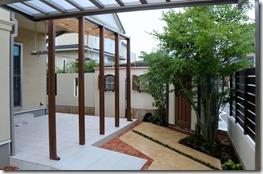 リビング前の中庭で楽しめる空間5020